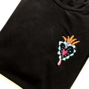 "Camiseta con ""Milagrito"" bordado a mano"